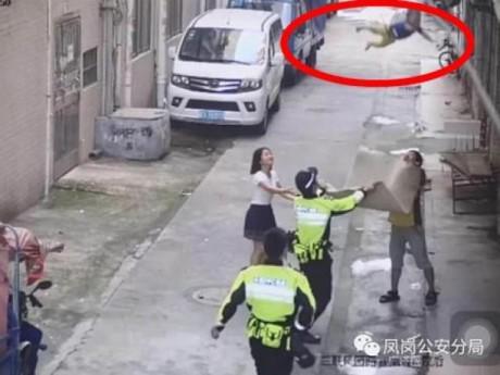 Cảnh sát dùng chiếu hứng được bé trai rơi từ dây điện xuống