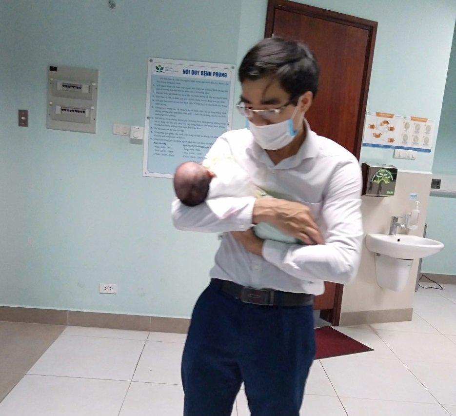 "me ha noi mang bau kho tan cam lai, sinh doi ""thot tim"" mot be noi tang nam nham cho - 6"