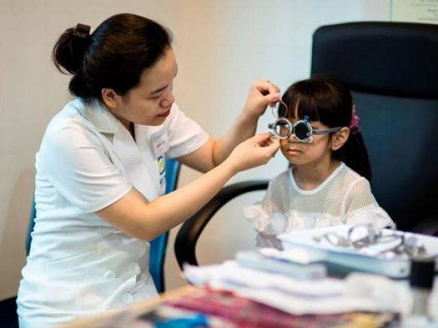 Cô bé 12 tuổi đột nhiên bị mù mắt bên phải, cẩn thận khi cho trẻ chơi với chó mèo