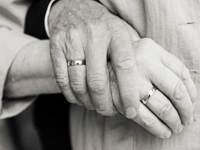 Người chồng 20 năm chăm vợ ốm, không một lời oán thán: Cổ tích giữa đời thường!