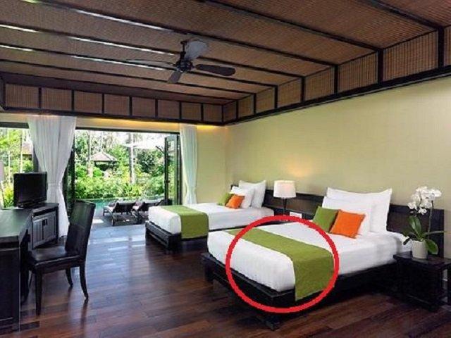 Khách sạn nào cũng có khăn trải ngang giường, 99% mọi người không biết để làm gì? - 1