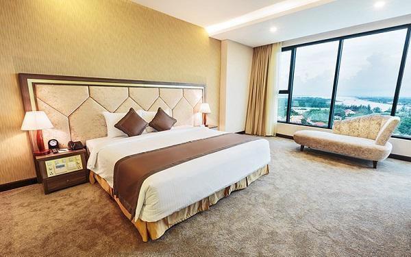 Khách sạn nào cũng có khăn trải ngang giường, 99% mọi người không biết để làm gì? - 3