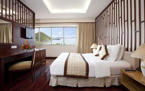 Khách sạn nào cũng có khăn trải ngang giường, 99% mọi người không biết để làm gì? - 5