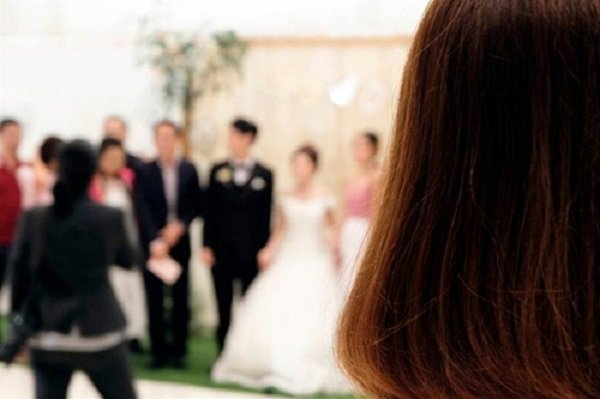Đi đám cưới, cô gái sốc nặng khi phát hiện chú rể chính là bạn trai mình