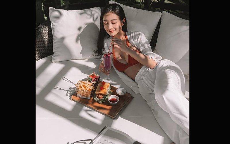 Nghiện diện bikini đến mức Jun Vũ phải mix kèm với quần áo chất liệu linen để trở nên ý nhị và khác biệt hơn.