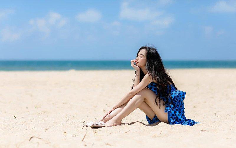 Ngoài những chiếc bikini thời thượng thì váy maxi, váy nhún bèo hoạ tiết và màu sắc nổi bật là món đồ không thể thiếu trongvali của Jun Vũ.