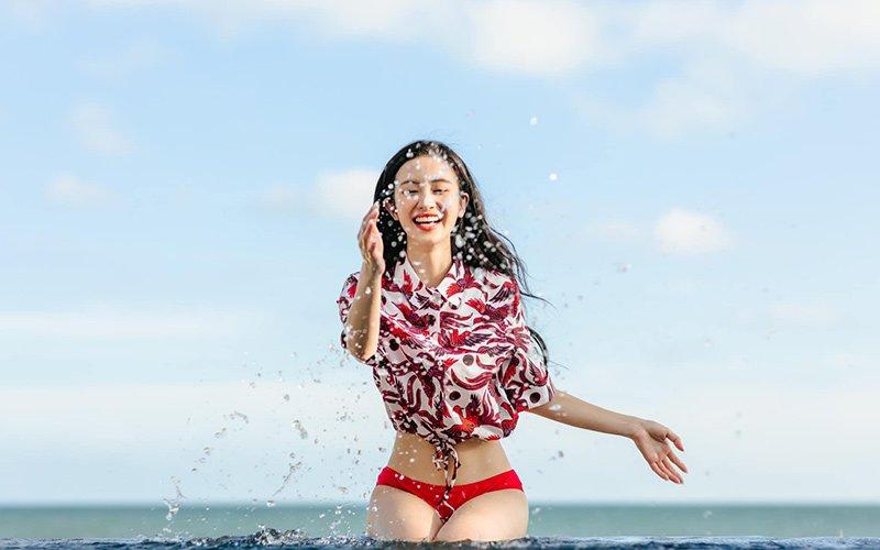 Nữ diễn viên sinh năm 1995 còn táo bạo khi phối áo sơ mi cột vạt với chiếc quần bikini màu đỏ chói chang nhỏ nhắn. Sự tương phản giữa kín và hở giúp cô cân bằng sắc thái để không bị phản cảm.