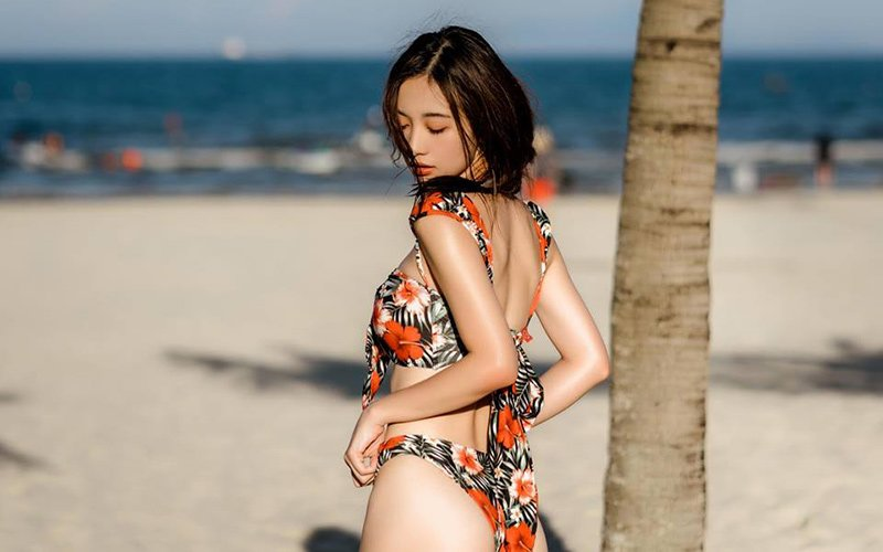 Nhiều ý kiến hóm hỉnh cho rằng người đẹp sinh năm 1995 diện bikini còn nhiều hơn quần áo bình thường. Tranh thủ những chuyến công tác ở biển, cô mang theo nhiều set bikini rực rỡ sắc màu để trưng dụng.