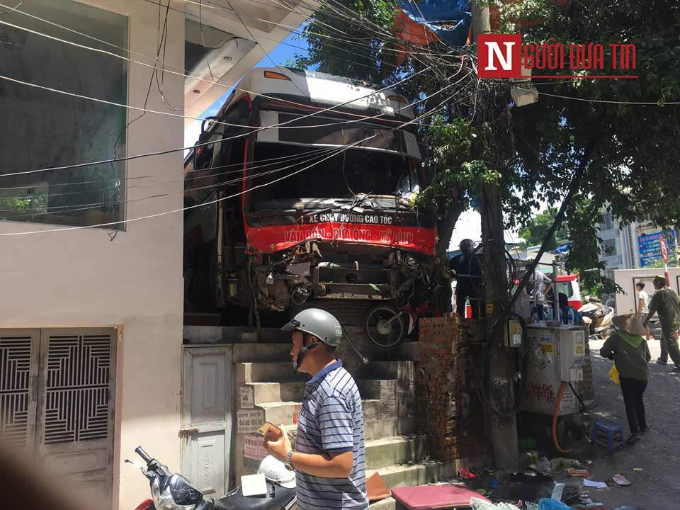 Hiện trường thảm khốc vụ tai nạn ở Quảng Ninh: Xe khách nát đầu, người bị thương nằm la liệt