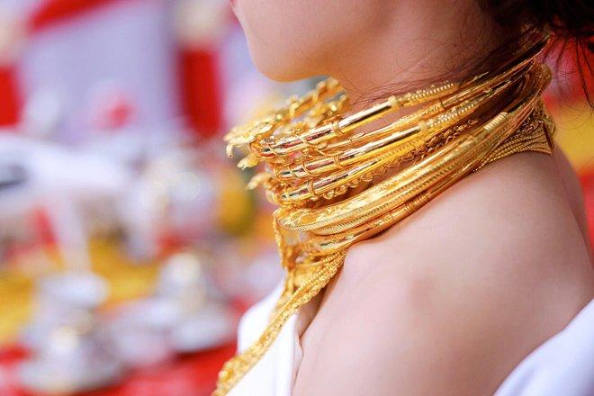 Đám cưới 100 cây vàng: Cô dâu miền Tây đeo vàng trĩu cổ, còn nhận 1 ký vàng miếng