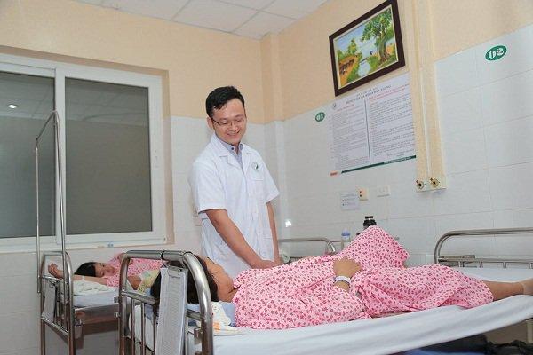 Bác sĩ liên tục đặt tay vào âm đạo đẩy đầu thai 37 tuần để cứu cả mẹ và con
