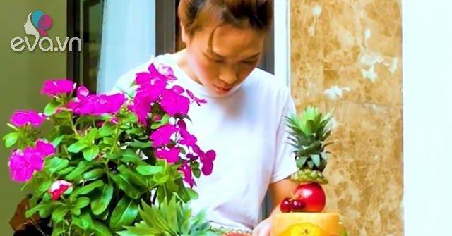 Mùa Vu Lan, Mỹ Tâm bất ngờ xắn tay vào bếp làm bánh hoa quả tặng bố mẹ