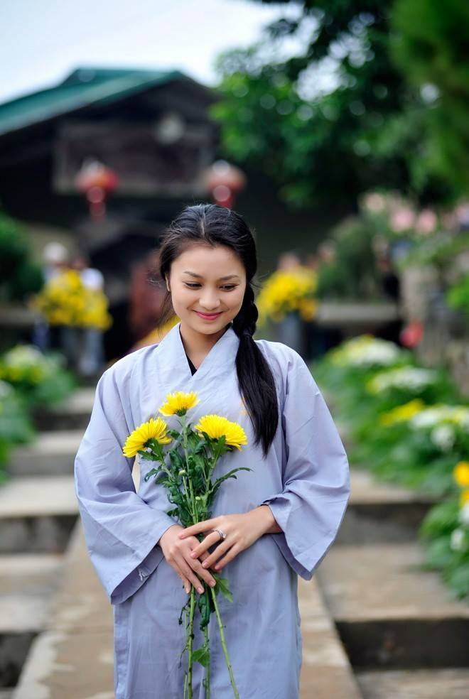 Diễn viên Hoa hồng trên ngực trái khoe mâm cúng Rằm cực đẹp, Vân Dung liền khen khéo nhất năm  - Ảnh 1.