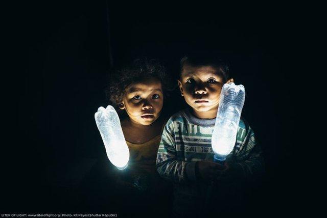 Lít ánh sáng: Chỉ với 1 chai nhựa rẻ tiền, 350 ngàn hộ gia đình có đèn không cần điện