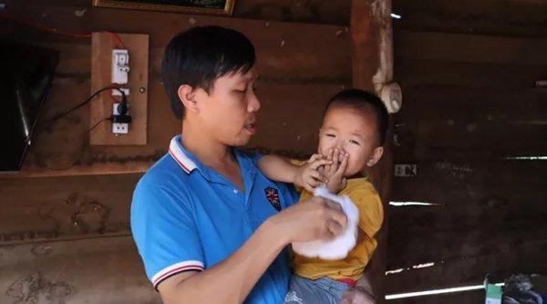 gia canh bi dat cua vo chong san phu bi tai xe taxi bo roi giua duong o binh phuoc - 3