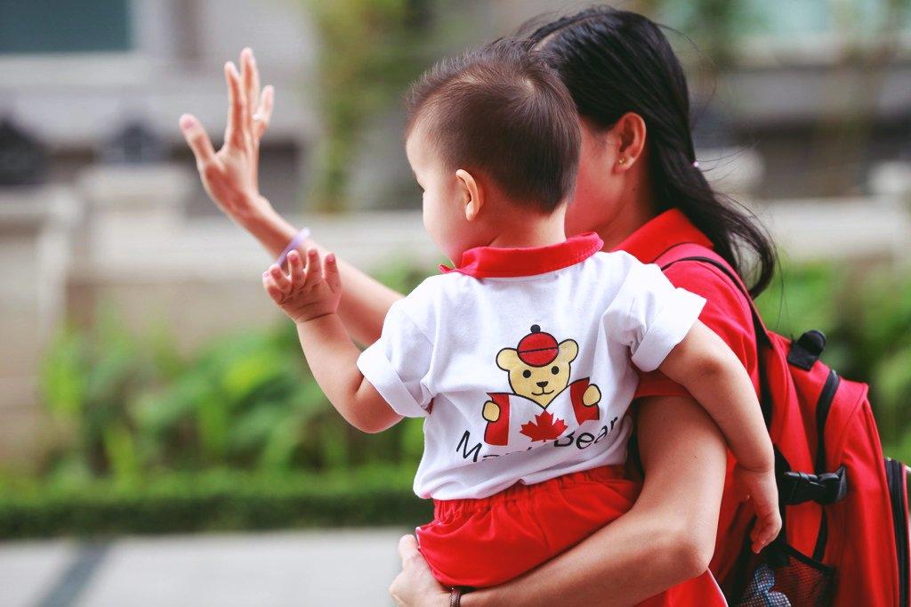 Mẹ giữ con gái ở nhà không cho đi học, 8 năm sau đứa bé nhận bi kịch