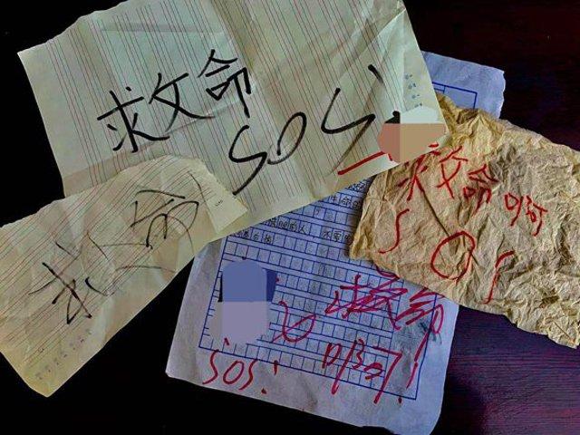 "mot loat mau giay ghi chu ""cuu voi"" roi xuong san chung cu, nguoi dan nga ngua truoc su that - 1"
