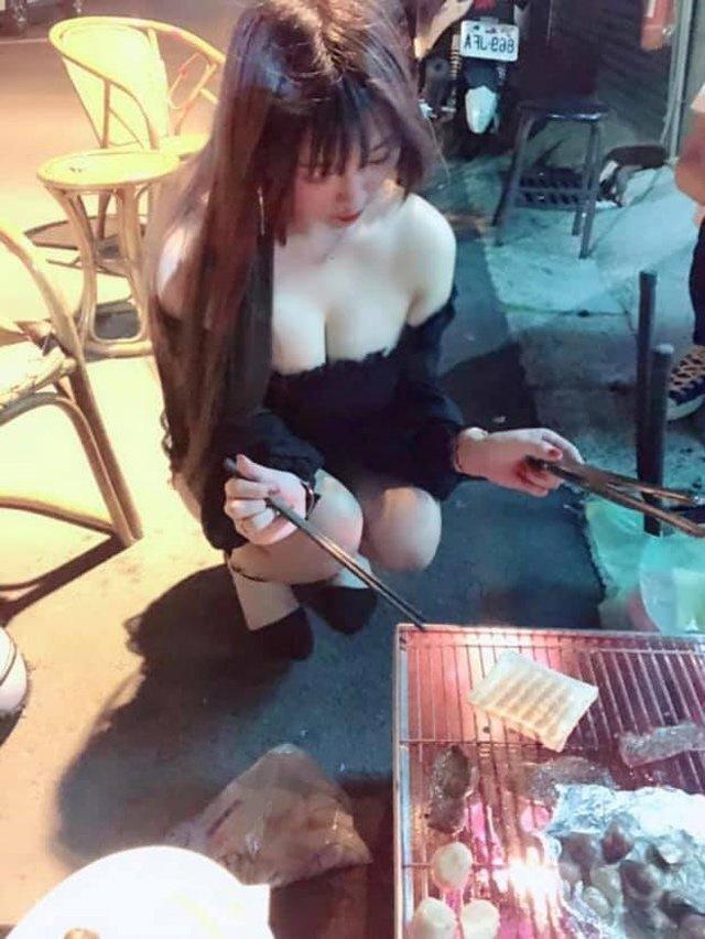 Chỉ ngồi bán thịt nướng, cô gái cũng khiến dân tình náo loạn vì vòng một