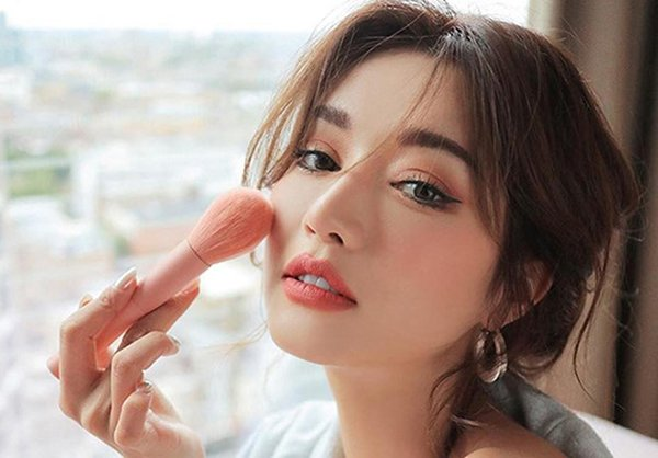 nhung phong cach trang diem co dau tu nhien hot nhat mua cuoi thu dong 2019 - 12