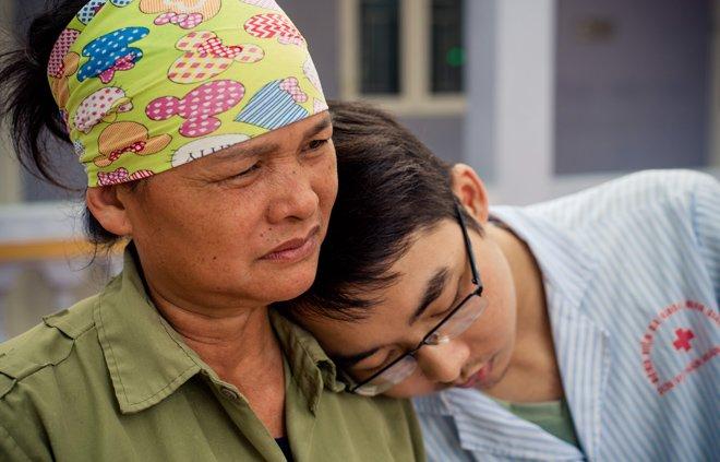 con trai nhin doi, khong chiu di vien vi nghi neu khong con tren doi me se khong kho - 1