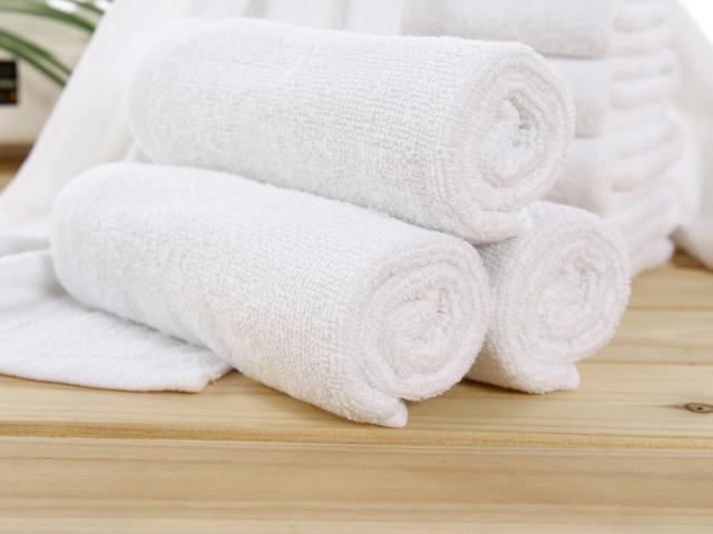 Nhân viên khách sạn tiết lộ cách giặt khăn tắm không bao giờ bị ố vàng, sạch thơm như mới