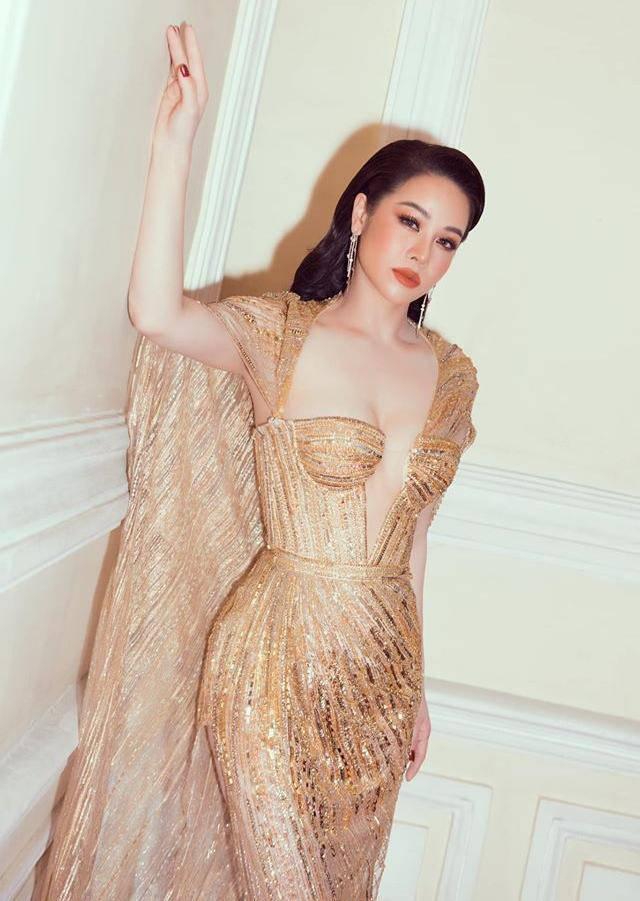 Ngày thường ăn mặc giấu dáng, Nhật Kim Anh cứ lên thảm đỏ là chọn váy khoe triệt để body 4