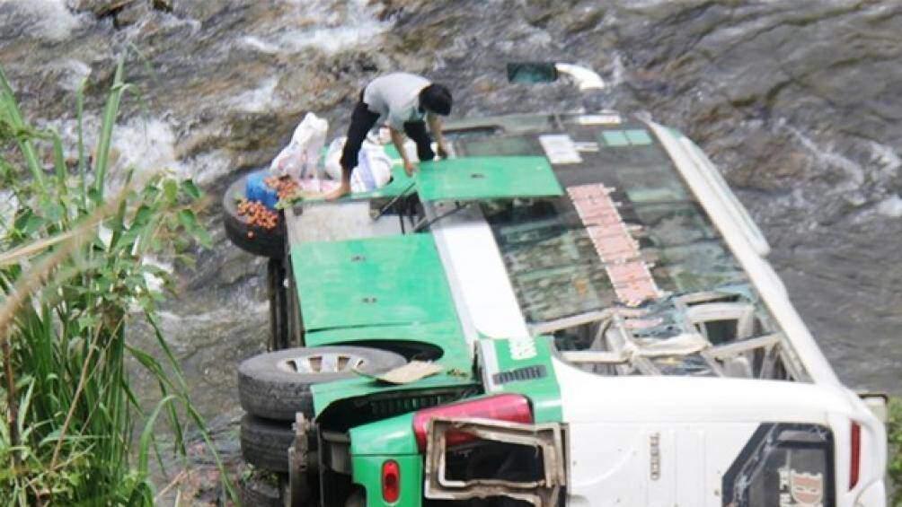 Nóng: Xe khách rơi xuống đèo, 4 người tử vong, 32 người cấp cứu