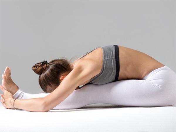 10 bai tap yoga giam mo bung nhanh nhat giup ban lay lai vong eo thon gon - 5