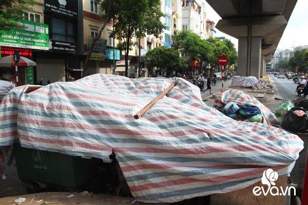 Rác ngập phố Hà Nội, có nơi cao quá đầu người, dân phải di tản vì bốc mùi hôi thối