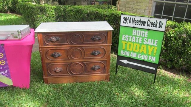 Mua tủ cũ với giá rẻ bèo, người đàn ông mở ra phát hiện thứ kinh ngạc trong ngăn kéo - 1