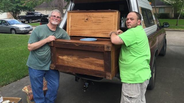 Mua tủ cũ với giá rẻ bèo, người đàn ông mở ra phát hiện thứ kinh ngạc trong ngăn kéo - 3