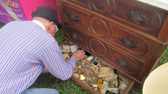 Mua tủ cũ với giá rẻ bèo, người đàn ông mở ra phát hiện thứ kinh ngạc trong ngăn kéo - 4