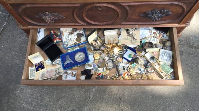 Mua tủ cũ với giá rẻ bèo, người đàn ông mở ra phát hiện thứ kinh ngạc trong ngăn kéo - 5