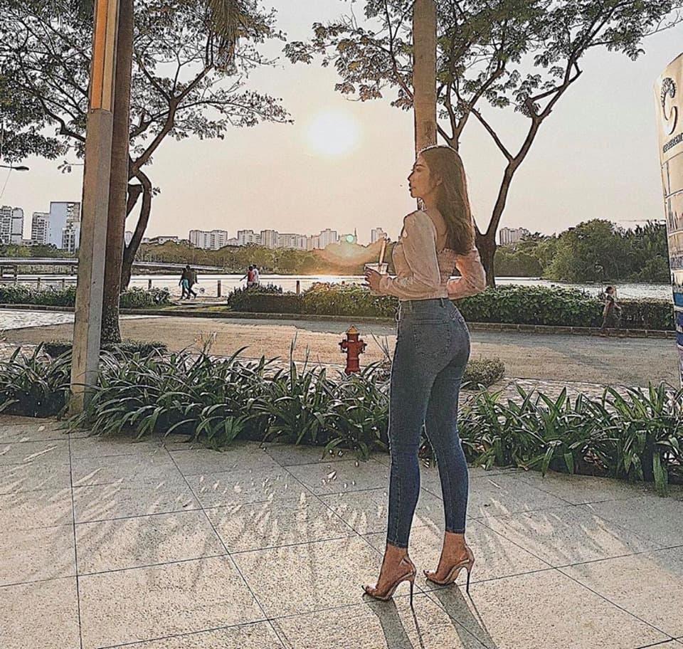 Khổng Tú Quỳnh nhập hội mê yoga bay, bảo sao dáng nuột nà, vòng 3 quả táo đẹp mê - 11