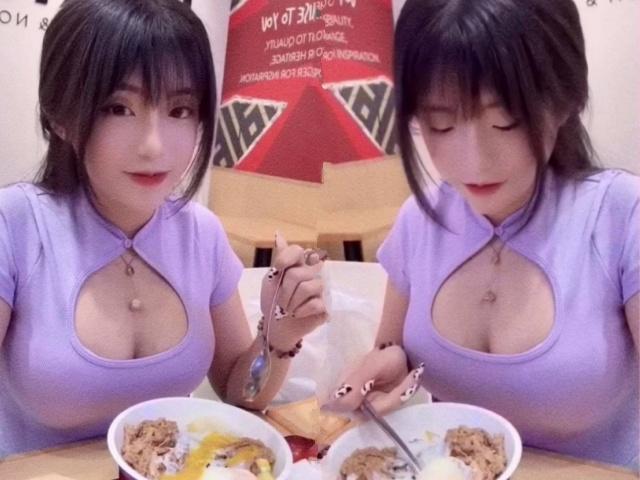 Đi ăn tối mà diện áo khoét sâu lộ ngực khủng, hot girl làm cả quán ngước nhìn