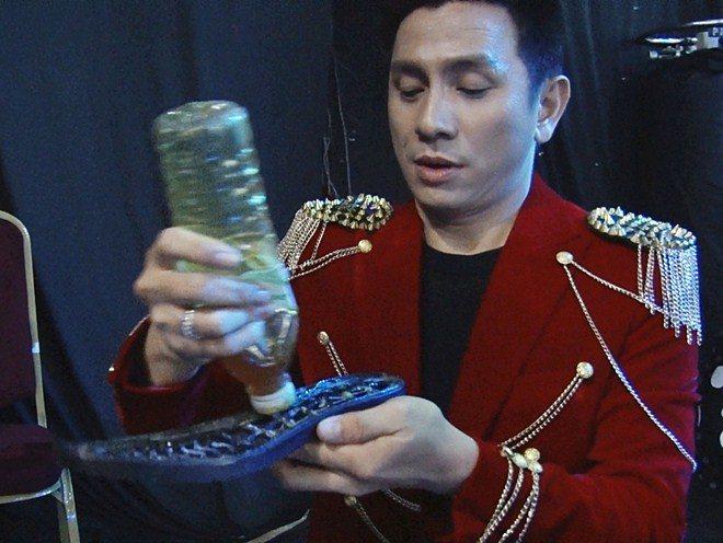 """canh """"dang thuong"""": nam mc noi tieng bi bung de giay, vo ha tram lien """"mia mai"""" - 1"""
