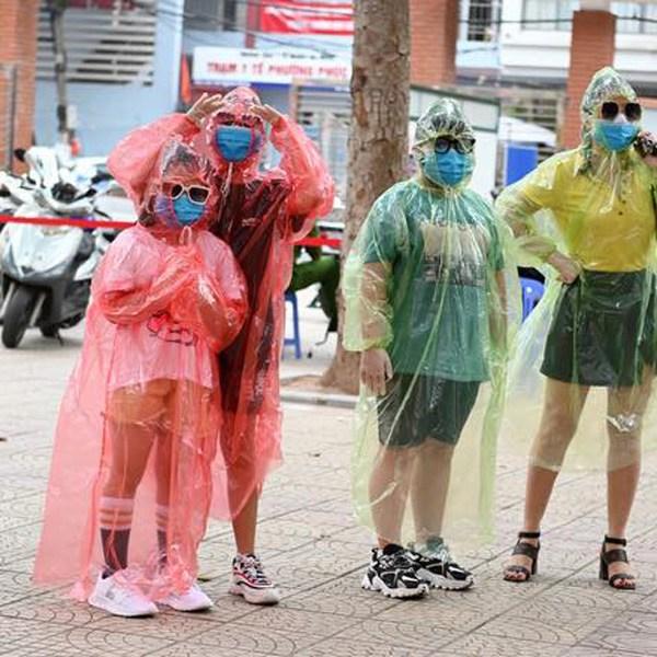 thoi trang mùa dịch: ao mưa thành áo bảo hộ, xuất hiện mẫu khẩu trang trong suốt - 1