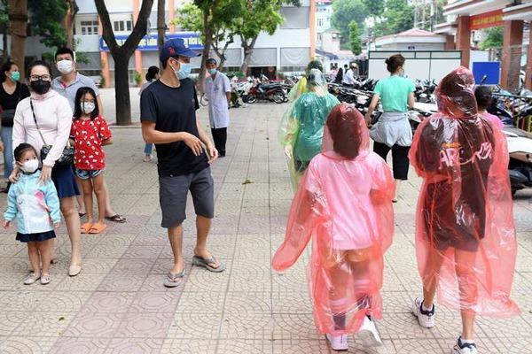 thoi trang mùa dịch: ao mưa thành áo bảo hộ, xuất hiện mẫu khẩu trang trong suốt - 6