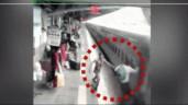 Nhân viên nhà ga phản xạ xuất thần, cứu sống hành khách suýt rơi xuống đường ray