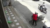 Hùng hổ lao tới cướp điện thoại, thanh niên bất cẩn trượt chân và cái kết