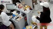 Người phụ nữ trộm điện thoại ngay trước mặt nhân viên bán hàng