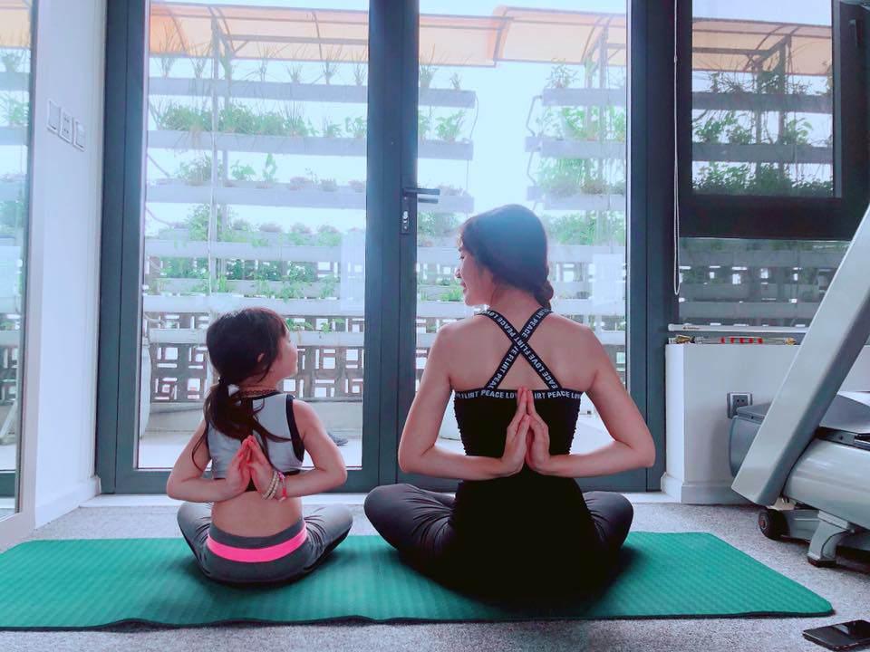 Tiểu công chúa nhà sao Việt tập yoga, mới tí tuổi uốn dẻo điêu luyện không thua mẹ - 8