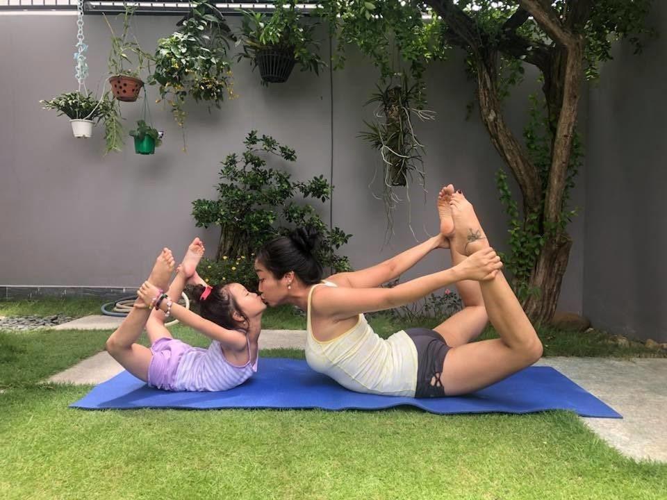 Tiểu công chúa nhà sao Việt tập yoga, mới tí tuổi uốn dẻo điêu luyện không thua mẹ - 1