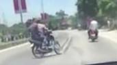 Xôn xao clip nhóm thanh niên đi xe máy lạng lách trước xe ô tô