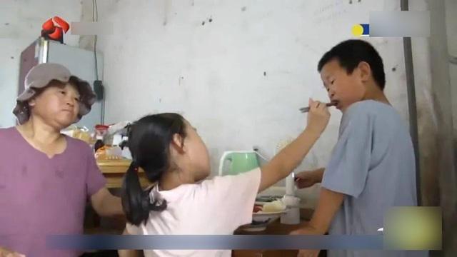 Bố mất, mẹ bỏ đi, bé gái 7 tuổi cáng đáng mọi việc giúp ông tâm thần, bà ung thư - 6