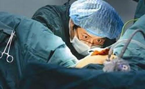 Bác sĩ nam đỡ đẻ cho sản phụ, dùng miệng làm một việc khiến chồng amp;#34;tròn mắtamp;#34; ngạc nhiên - 3
