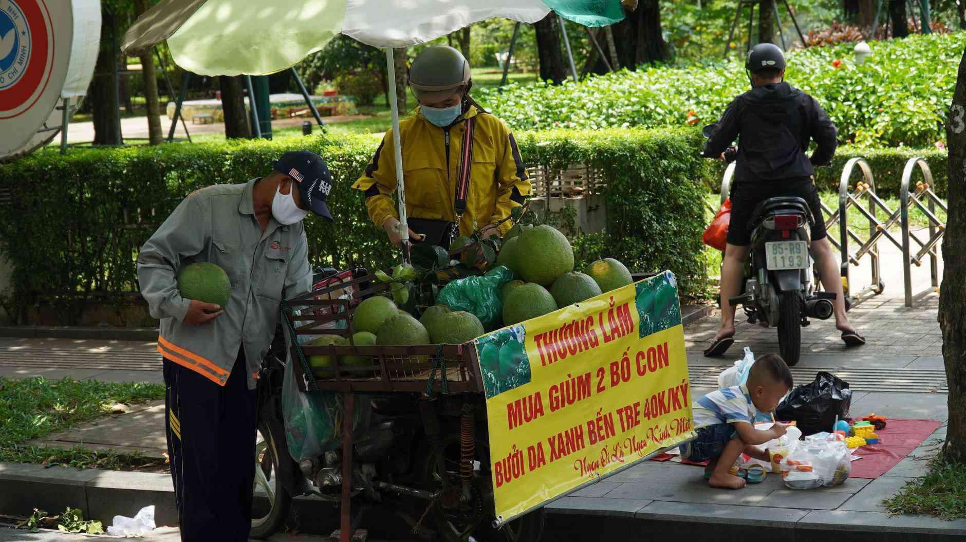 Trăm người mua ủng hộ 2 bố con bán hoa quả với tấm biển độc đáo ở vỉa hè SG - 3