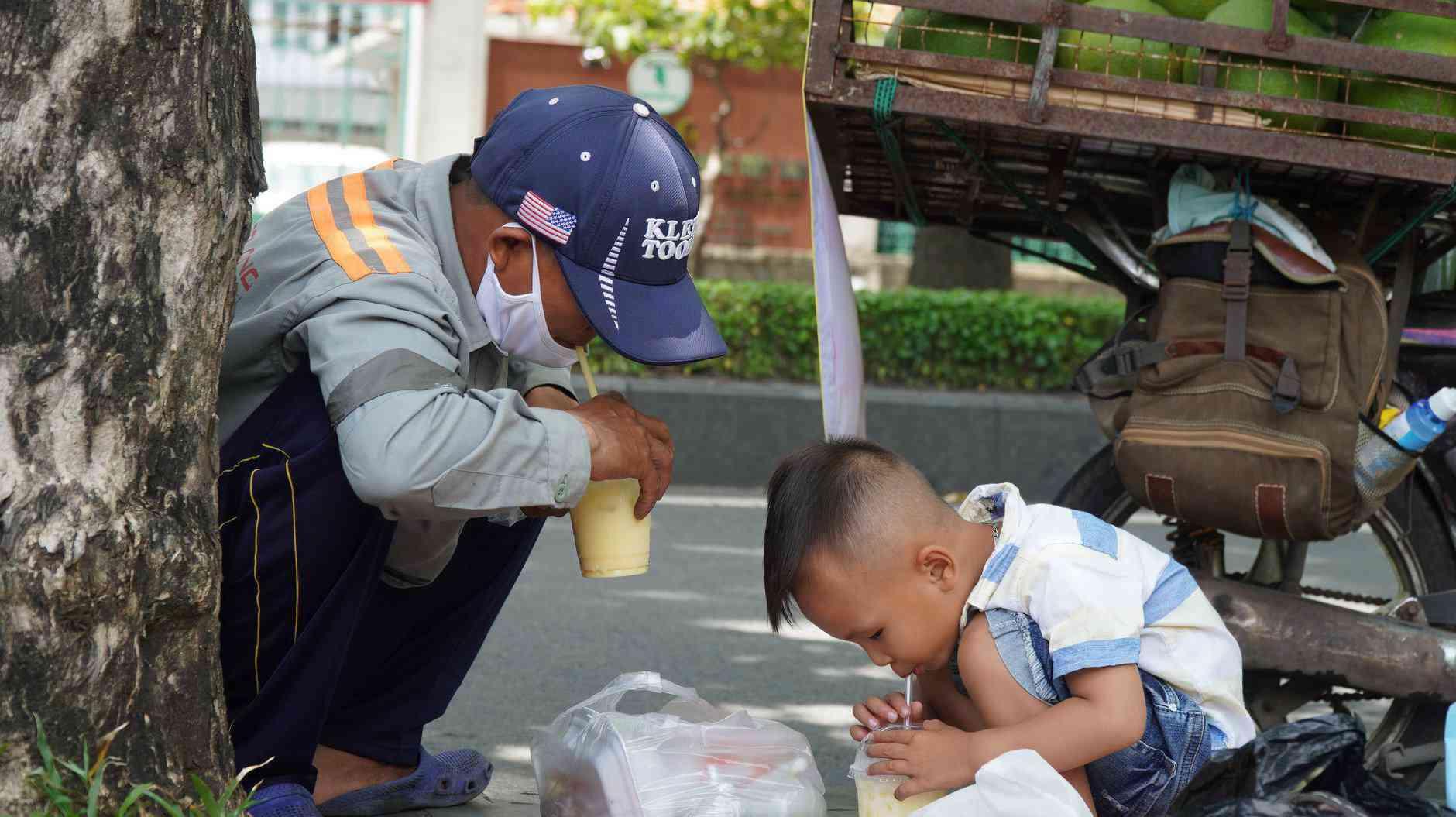 Trăm người mua ủng hộ 2 bố con bán hoa quả với tấm biển độc đáo ở vỉa hè SG - 5