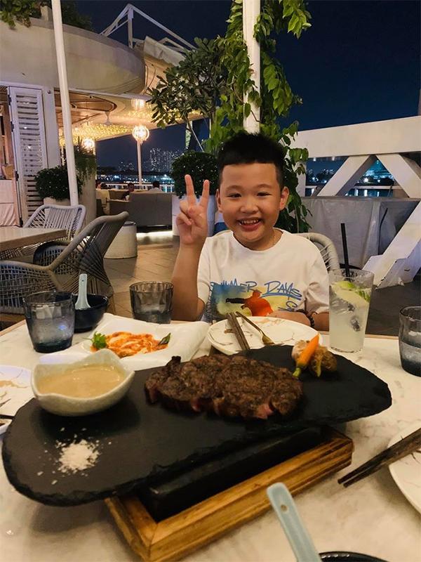 Theo mẹ đi ăn với bố dượng, con trai Vân Hugo cực yêu, hưởng cuộc sống giàu sang, đủ đầy - 5