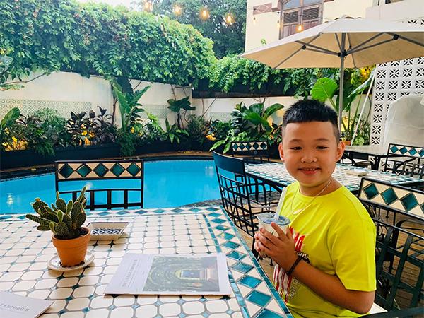 Theo mẹ đi ăn với bố dượng, con trai Vân Hugo cực yêu, hưởng cuộc sống giàu sang, đủ đầy - 7